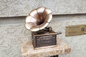 У центрі столиці з'явився міні-грамофон, який співає відому українську пісню (фото)