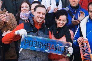У Києві українські зірки та студенти зафарбовували рекламу наркотиків (фото)