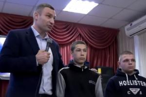 Кличко відчитав вандалів, які скрутили плафони з огорожі ботсаду (відео)