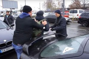 Бійка та лайки: активісти влаштували рейд проти автохамів біля станції «Почайна» (відео)