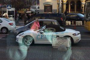 У центрі Києва дівчина розмалювала і порубала сокирою елітний спорткар (відео)