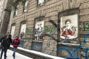 Вандали зіпсували ретрофото на історичній будівлі в центрі Києва (фото)