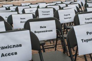 На Михайлівській площі поставили 70 порожніх стільців (фото, відео)