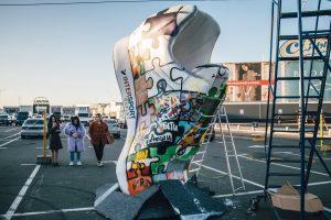 У Святошинському районі з'явився велетенський кросівок (фото, відео)