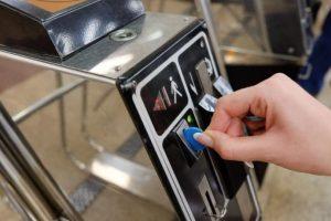 Скільки киян продовжують платити за проїзд в метро жетонами