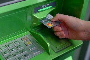 У столичному ТЦ шахраї крадуть гроші з карток за допомогою «накладок» на банкомати (відео)