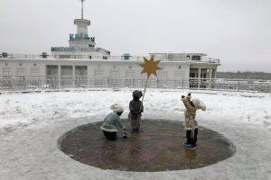 Малюків-засновників Києва на Поштовій площі одягли в зимовий одяг  (фото)