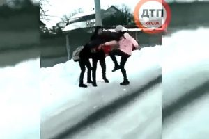 Лупила ногою в голову, рвала волосся: під Києвом школярка жорстоко побила дівчинку