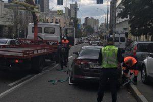 Із столичних вулиць почали евакуйовувати авто порушників