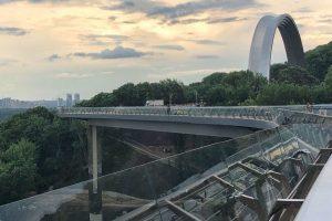 """У Києві урочисто відкрили новий пішохідно-велосипедний """"міст Кличка"""": фото та відео"""