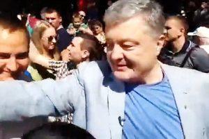 """«Вам не посміхатися треба, а пробачення у людей просити!»: жінка на святкування Дня Києва """"накинулася"""" на Порошенка (відео)"""