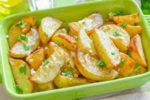 Картопля в духовці по-грецьки: Так смачно, що не потрібні ні м'ясо, ні салат