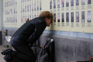 Фото жінки, яка плаче біля Стіни пам'яті в Києві викликало великий резонанс в мережі.