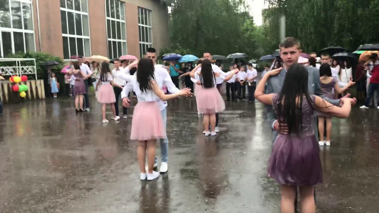 Зворушливо: Вальс українських випускників під дощем розчулив Мережу (відео)