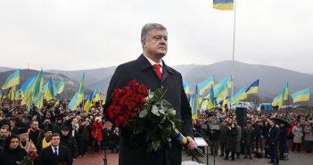 Петро Порошенко покладає квіти
