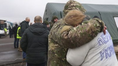 """""""Мамо, я в Україні!"""" У мережі показали зворушливі дзвінки звільнених полонених рідним"""