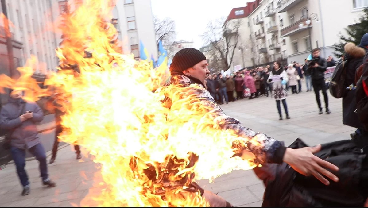 Чоловік скоїв самопідпал під Офісом Президента: відео, фото (+18) -