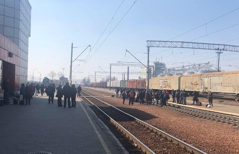 """Під Києвом почались перші """"коронавірусні"""" протести: люди перекрили залізничні колії"""